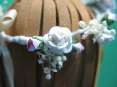 Combinado de flores blancas y rosas en la corona.