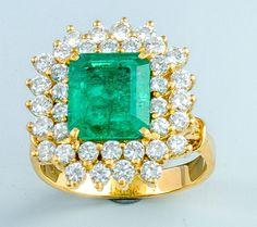 Smaragd-Diamantring. Gold. Ausgefasst mit tiefgrünem quadratischem Smaragd in Tafelschliff (Einschl — Schmuck