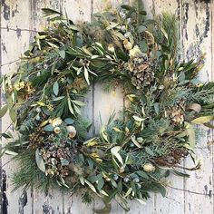 If you're wondering what the key Floral Christmas Trends are this year I've compiled a special report for @marketflowers. It features stunning designs by 37 florists including this beautiful wreath by Rowan at @rowan_blossom! Just tap on the link in my bio to have a read and see all the other 36 designs. | #underthefloralspell #floralchristmastrends