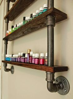 An organized spice rack makes cooking enjoyable and there are various ways to do it. Need some inspiration? Check out our clever spice rack ideas here Pallet Spice Rack, Hanging Spice Rack, Wood Spice Rack, Diy Spice Rack, Spice Shelf, Spice Storage, Spice Organization, Diy Storage, Kitchen Storage