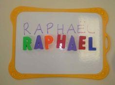 Pour travailler la reconnaissance des lettres du prénom, je fais plusieurs petits ateliers . En voici quelques -uns : reconstituer son prénom à l'aide de lettres-magnétiques faire son prénom avec les lettres-éponges : décorer autour. Là, c'est un travail...