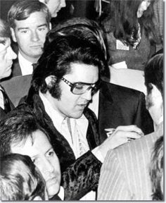 Elvis Presley : U. Jaycees: Ten Outstanding Young Men January 1971 Elvis allowed a couple of quick pictures, then he asked the newsmen to leave Elvis Presley Hair, Elvis Presley Photos, Most Beautiful Man, Gorgeous Men, Rock And Roll, Memphis Mafia, Young Americans, Memphis Tennessee, Latest Albums