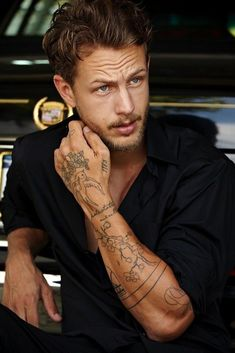 Discover recipes, home ideas, style inspiration and other ideas to try. Tattoo Life, Männermodels Tattoo, Tattoo Hals, Leg Tattoo Men, Band Tattoo, Tattoo Set, Tattoos Arm Mann, Torso Tattoos, Boy Tattoos