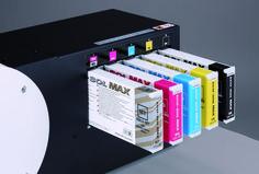 E' possibile equipaggiare BN-20 con inchiostri a base acqua oppure con ecosolventi ECO SOL-MAX. Con questi ultimi, oltre alla quadricromia CMYK, può stampare anche con inchiostro metallico o con inchiostro bianco. Per saperne di più http://www.rolanddg.it/it/prodotti/plotter/versastudio-bn-20