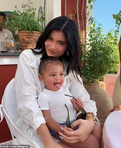 Kylie Jenner is teaming up with her daughter Stormi Webster for her next makeup collection. Find out everything you need to know about the Kylie Cosmetics Valentine's Day 2020 collection. Kylie Jenner Outfits, Kylie Jenner Mode, Trajes Kylie Jenner, Looks Kylie Jenner, Kylie Minogue, Kylie Jenner Baby, Kylie Jenner Pictures, Kylie Jenner Instagram, Estilo Kylie Jenner