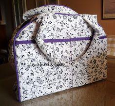 """Viendo la bolsa que hizo mi amiga Nati de """"la aguja de patchwork""""  me inspiré para hacerme este maletín. Es muy práctico para llevar..."""