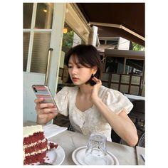 Korean Short Hair, Short Hair With Bangs, Girl Short Hair, Short Hair Cuts, Short Hair Styles, Lob Hairstyle, Hairstyles With Bangs, Girl Hairstyles, Korean Actresses