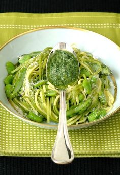I don't actually know what this says but it makes me think how good edamame in pasta would be - Spaghetti alla chitarra con fave e asparagi - Ricette a base di asparagi - alfemminile