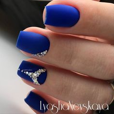 Blue is an elegant and always fashionable color: manicure enthusiasts cannot leave it aside for the next season! What are the most beautiful blue nail art? Beautiful Nail Designs, Cool Nail Designs, Rose Nails, Matte Nails, Hair And Nails, My Nails, Blue And Silver Nails, Nagel Bling, Exotic Nails