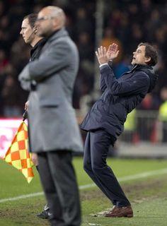 Trainer Philip Cocu tijdens de verloren wedstrijd tegen Vitesse.