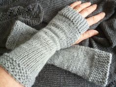 mitaines tricotées Crochet Wool, Diy Crochet, Knit Mittens, Knitted Gloves, Fingerless Mitts, Yarn Thread, Wrist Warmers, Knitting Accessories, Knitting Patterns