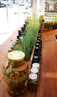 Artgusto loja e fabrica de massa fresca. Detalhe da horta na mesa central em madeira de demolicao.