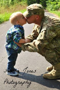 Thank you service men and woman for you sacrifice. Military Family Pictures, Army Couple Pictures, Army Family, Military Couples, Military Love, Military Photos, Military Families, Military Family Photography, Dad's Army