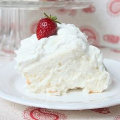 Angel Food Cake with Fluffy Whipped Cream Frosting. This is my favorite angel food cake recipe. Serve with fresh berries! Angel Cake, Angel Food Cake Icing, Köstliche Desserts, Delicious Desserts, Yummy Food, Fun Food, Frosting Recipes, Cake Recipes, Dessert Recipes