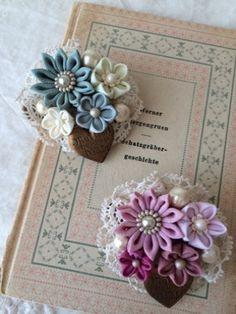 こんにちは♪先程、デザフェスの荷物を出荷して、ちょっとホッとしたのと、いよいよだ... Ribbon Art, Fabric Ribbon, Ribbon Crafts, Flower Crafts, Fabric Crafts, Material Flowers, Fabric Flowers, Brooches Handmade, Handmade Flowers