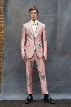 The complete Alexander McQueen Fall 2019 Menswear fashion show now on Vogue Runway. Sarah Burton, Traje A Rigor, Lookbook, Fashion Show Collection, Men Looks, Mannequins, Vogue Paris, Couture Fashion, Tom Ford
