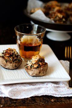 Sausage, Spinach, + Sundried Tomato Stuffed Mushrooms | hungrygirlporvida.com