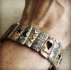 """De la línea Amulet te traemos la pulsera """"Stories"""" para que te acompañe vayas donde vayas, con energía positiva gracias a sus palabras fortalecedoras. Es una pulsera elastizada de metal que se destaca por tener tres tonos de metal (dorado, bronce y cobre), con el plus de que puedas combinarlo con todo tipo de prendas y más pulseras."""