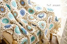+商品説明+ハンドメイドかぎ針編み お花モチーフ❁ ギリシャブルー丁寧に、優しく、手作りされた品物をおすすめします。 ビッグサイズで、フリーカバー、マフラーなどとしてもお使え頂けます。 素敵な色で、お部屋を柔らかく包み込みましょう♪◆サイズ:約125cm × 85cm■素材:アクリル繊維