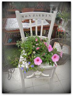 Chaise customisée en bac à fleurs.