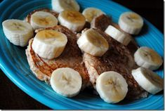 Greek yogurt pancakes - made with yogurt, egg whites, and cup of oatmeal. So yummy and so healthy! Made these with plain greek yogurt, vanilla and cinnamon. They are ok topped with a lil peanut butter And bananas but have weird rubber texture Greek Yogurt Protein, Greek Yogurt Pancakes, Pumpkin Protein Pancakes, Banana Pancakes, Banana Bread, Oatmeal Pancakes, Oatmeal Yogurt, Peanut Butter Fingers, Be Light