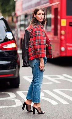 Street style look bomber xadrez, calça jeans e mule.