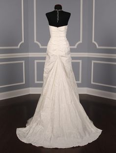This Nicole Miller Mia HG0013 wedding dress is Brand New with its hang tag attached! Such a great dress to walk down the aisle in. Now up to 90% Off Retail!