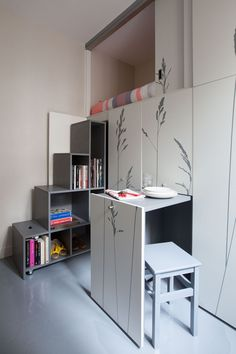 Find out how the residents of these 5 small living spaces make 100 square feet (or less) work. Small Space Living, Small Spaces, Living Spaces, Small Small, Murs Mobiles, Dispositions Chambre, Movable Walls, Maids Room, Tiny Apartments