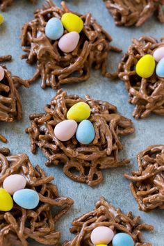 These no bake birds nest cookies are made with chocolate, butterscotch and chow mein noodles, then finished off with candy eggs. The perfect easy Easter dessert! This is pretty much the easiest Easter treat ever; Bird Nest Cookies Recipe, Easter Cookies, Easter Treats, Summer Cookies, Baby Cookies, Easter Food, Heart Cookies, Valentine Cookies, Manualidades