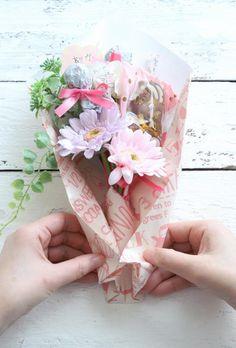 ホワイトデーに♪ 100均アイテムを使ったキャンディブーケの作り方 : 窪田千紘フォトスタイリングWebマガジン「Klastyling」暮らす+スタイリング Powered by ライブドアブログ How To Preserve Flowers, Artificial Flowers, Girl Birthday, Diy And Crafts, Birthdays, Bouquet, Gift Wrapping, Display, Gelato