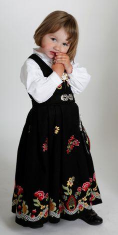Bunadstuggu Levanger So cute, this little Norwegian girl