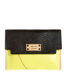 Pochette noire et jaune ♥. Prix : 15€. >>> new look.