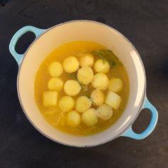 La potetene spille hovedrollen i et måltid for en gang skyld. Det skal så lite til å lage noe litt ekstra godt, og disse fondant-aktige potetene er stjerna i hvilken som helst rett.  Du starter med å finne noen faste poteter som ikke er melete og som ikke koker lett ut. Mandelpotet kan du med