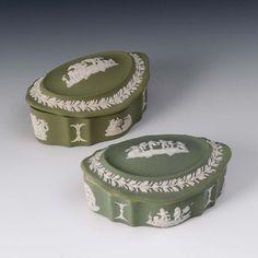 2 Dosen, Wedgwood. Prägemarke, 2. H. 20. Jh. Oval-passige Dosen aus Biskuitporzellan mit grünem Fo — Porzellan