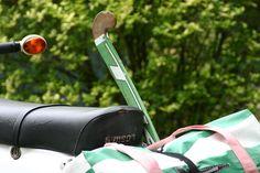 Wenn sperriges Sportgerät wie ein Hockeyschläger auf der Vespa oder dem Motorroller mitgenommen werden müssen, hilft crozzfix bei der sicheren Befestigung.
