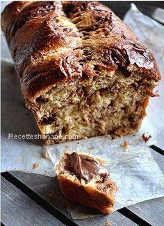 Une brioche légère en bouche, avec une mie bien filante! Inspirée d'une recette de C. Felder, seules modifications : l'ajout du chocolat et de la vanille et le temps de pause qui change. 250 g de farine (farine à gâteaux T45) 30 g de sucre 1 sachet de...
