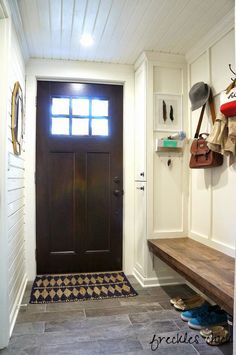 Home Remodeling Mudroom {Friday Favorites} 10 Beautiful Mudrooms Deco Design, Design Case, Decoration Entree, Love Your Home, Breezeway, Entry Hall, Entry Bench, Entrance, Decorating Blogs