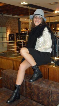 Set van de dag: Supertrash.   De blouse, trui, rokje en schoenen zijn van Supertrash. De poncho is van Arma en de hoed van Maison Scotch.  Verkrijgbaar bij www.vanderkamfashion.nl