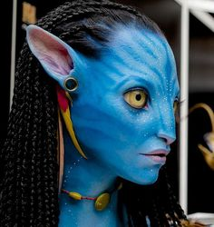 While I think this bust is helpful for reference, I do think that the nose and lip area is off. The pink should be more purple looking and the area around the mouth is too white looking. Good ear reference though. Costume Halloween, Cute Halloween Makeup, Fall Halloween, Avatar Films, Avatar Movie, Fantasy Creatures, Mythical Creatures, Gargoyles Characters, Avatar Makeup