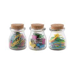 3 frascos de vidrio con tapa de corcho contienen: 15 apretadores, 40 bandas y 150 clips.