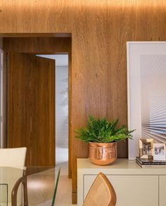 ararquiteturadesignPorta de cozinha camuflada! Nada mais interessante do que trabalhar com uma composição de painéis de madeira natural! Hidden doors! The kitchen's door is part of the wood panels composition! By AR Arquitetura&Design