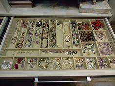 É só colocar uma divisória de plástico ou madeira em uma gaveta e as jóias ficam organizadas