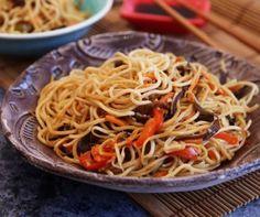 A házi szezámmagos csirke mellé köret is jár! Ez a pirított zöldséges tészta 15 perc alatt elkészül, és finomabb, mint a kínai büfében. Mutatjuk, hogy készül. Food 52, Wok, Japchae, Spaghetti, Bacon, Healthy Recipes, Healthy Food, Cooking, Ethnic Recipes