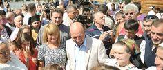 Presedintele Traian Basescu a avut parte de huiduieli la Serbarile Nationale de la Tebea, judetul Hunedoara, la care a participat, duminica, alaturi de sotia sa, Maria Basescu. Basescu a fost huiduit 1980s, Couple Photos, Couples, Fashion, Anos 80, Couple Shots, Moda, Couple Pics, La Mode