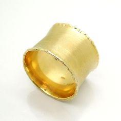 Breed en curvy mat gouden unisex trouwring van HadasGold op Etsy