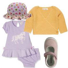 Outfit per bebé all'insegna del lilla e del giallo. Vestitino in jersey di cotone, con mutandine abbinate, cardigan in colore contrastante, con incrocio sulla parte anteriore, scarpine di pelle e cappellino con cuori colorati.