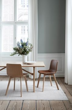 Pato Wood Base Chair designed by Welling/Ludvik. Shell: Veneer Oak Lacquered / Leather: Soft 35 Cognac. 6284 Table designed by Børge Mogensen. Wood: Oak lacquered