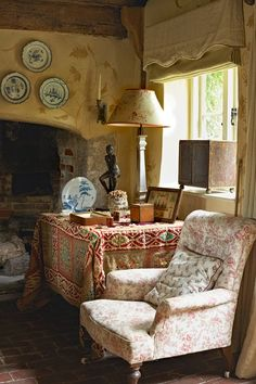 Elegant English country living room ideas for your home. English cottage interior design suggestions and inspiration. English Cottage Interiors, English Cottage Style, English Country Cottages, English Country Decor, English House, English Style, English Cottage Decorating, British English, Colors English