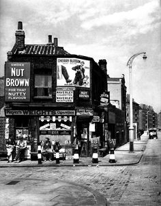 In Pennyfields, Limehouse. Israel Bidermanas - 1952 - 'Charmes de Londres'