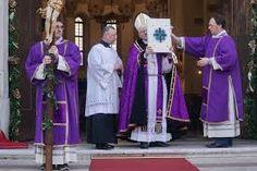 durante la quaresima i paramenti e i vestiti delle chiese e dei sacerdoti sono viola